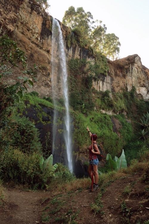 """alt=""""Sipi Falls, un salto di oltre 100 metri"""""""