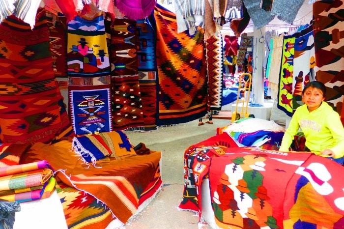 """alt=""""Plaza de los ponchos al mercato di Otavalo"""""""