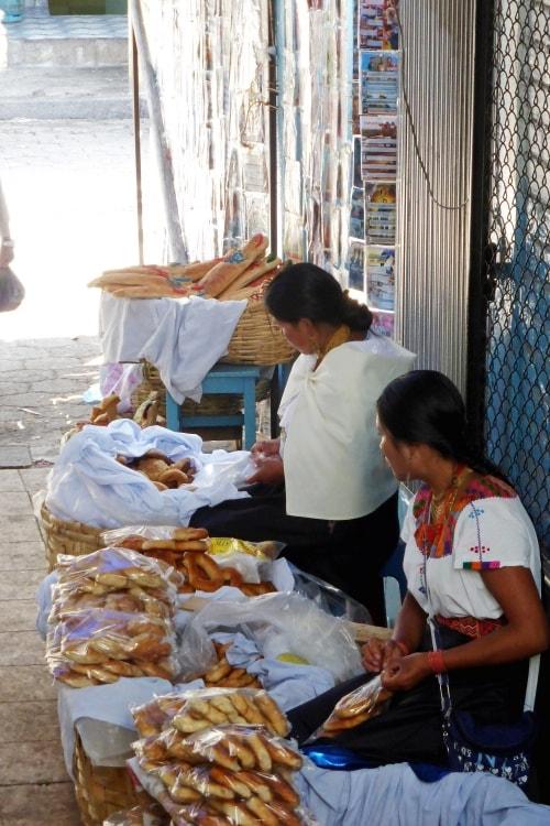 """alt=""""Venditrici al mercato del food di Otavalo"""""""