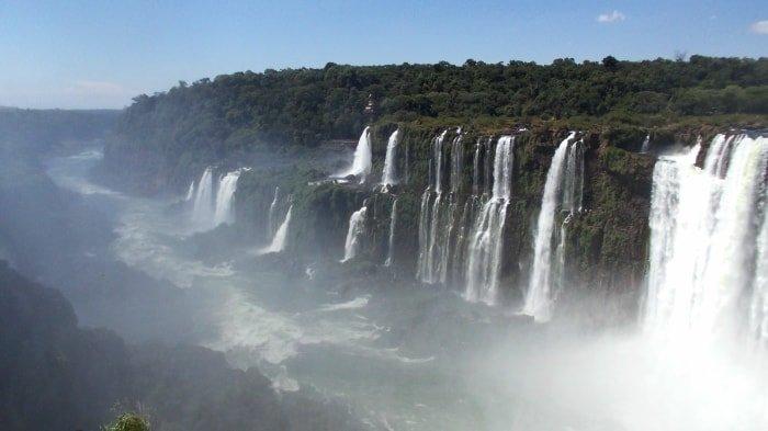 """alt=""""Vista panoramica delle Cascate di Iguazu"""""""