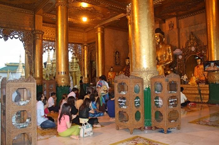 "alt=""I fedeli alla Shwedagon Pagoda"""