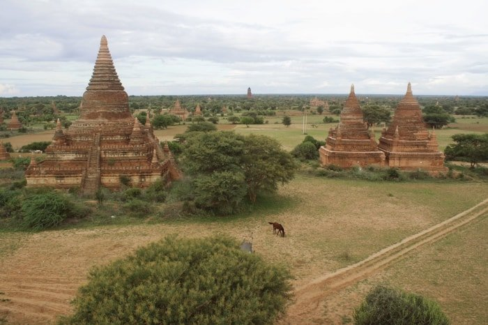 """alt=""""La piana di Bagan disseminata di templi"""""""