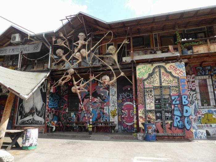 """alt=""""Cosa fare a Lubiana? Visitare Metelkova, il centro di cultura alternativa"""""""