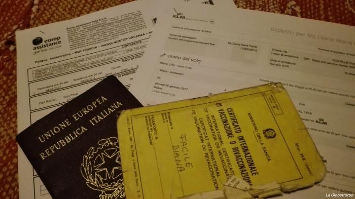 """alt=""""Basta poco a rendere felice un viaggiatore: biglietto aereo, passaporto, assicurazione di viaggio"""""""
