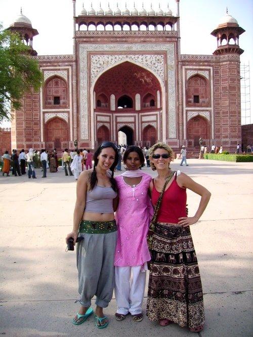 """lalt=""""La Globetrotter davanti all'ingresso del Taj Mahal2"""""""