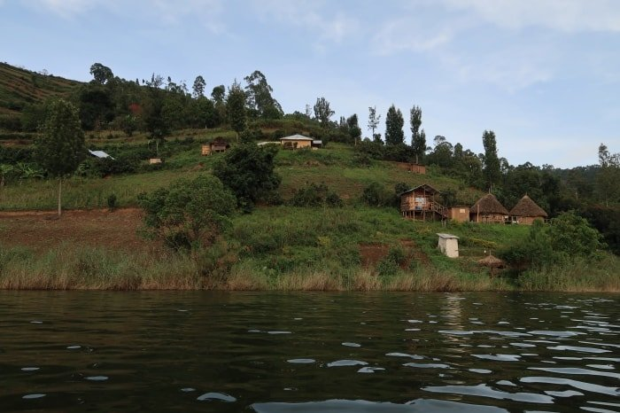 """alt=""""Uno dei villaggi che punteggiano il Bunyonyi Lake"""""""