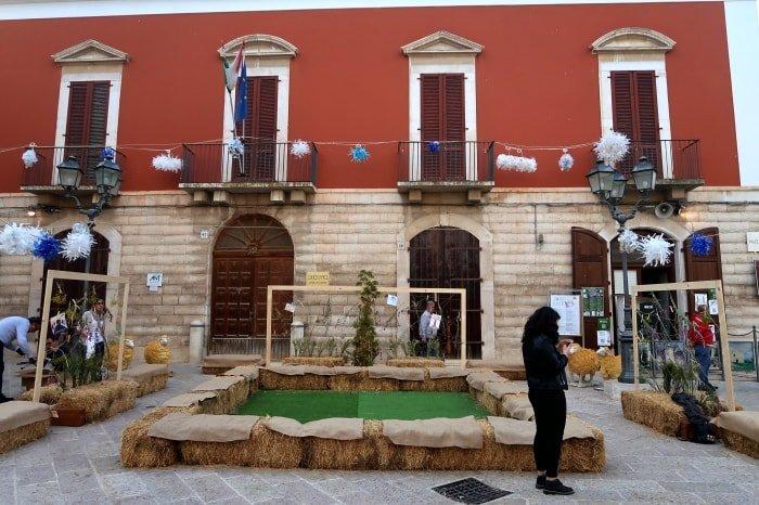 """alt=""""Piazza Sedile, a Corato, cuore pulsante dell'evento Maggio in fiore, tra i colori della Murgia"""""""