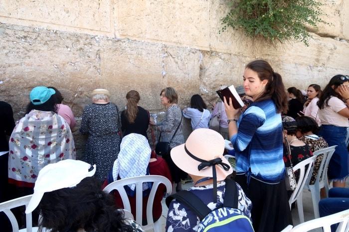 """alt=""""Cosa vedere a Gerusalemme? I fedeli che pregano al Muro Occidentale"""""""