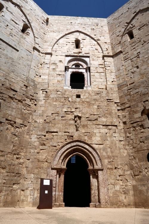 """alt=""""Nel cortile ottagonale di Castel del Monte"""""""