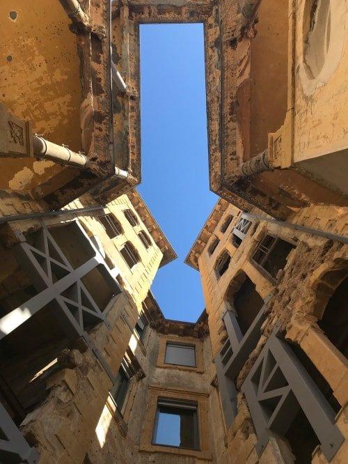 "alt=""La chiave per il paradiso vista dal cortile del Beit Beirut"""