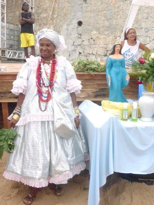 "alt=""Bahiana in abiti tradizionali alla feta di Iemanjá"""