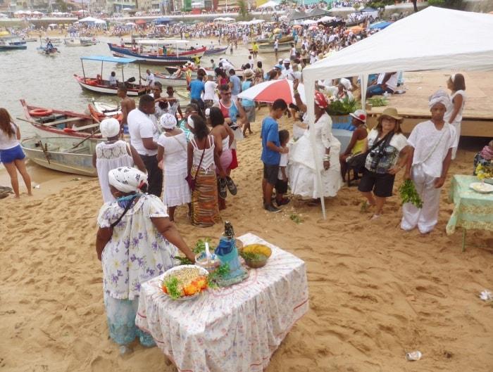 """alt=""""Praia da Paciência al Rio Vermelho il giorno della festa diIemanjá"""""""