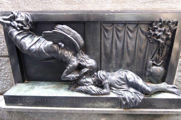 """alt=""""Tra le tombe del Cimitero Monumentale di Milano"""""""