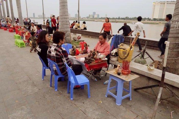 """alt=""""Tra le cose da fare a Phnom Penh, una passeggiata sul lungofiume"""""""