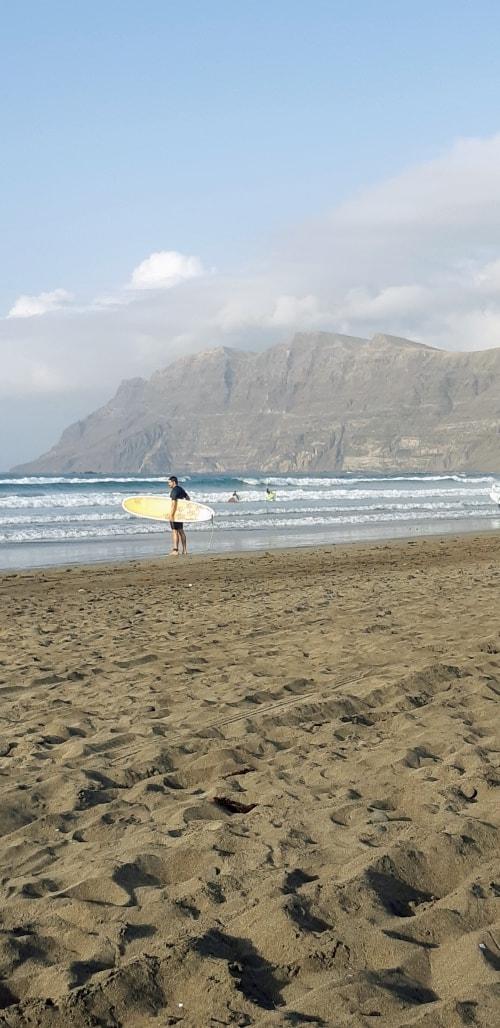 """alt=""""Cosa fare a Lanzarote? Potremmo iniziare con il surf"""""""