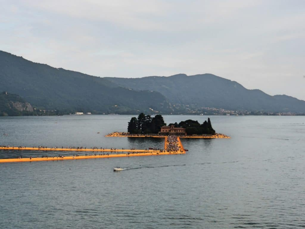 "alt=""The Floating Piers, la passerella sul lago d'Iseo"""