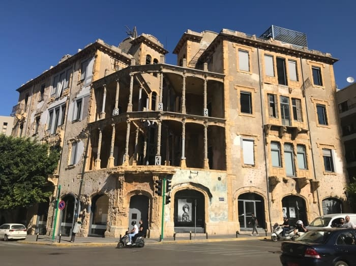 """alt=""""Un racconto emotivo sul Beit Beirut, la Yellow House. Un museo-centro culturale che narra la storia della città e gli anni della guerra civile in Libano."""""""