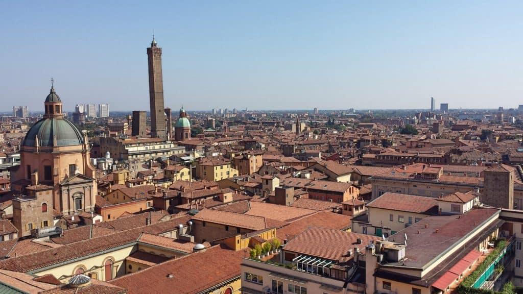 """alt=""""Bologna in un giorno. Cosa fare e cosa vedere nella città dei portici"""""""