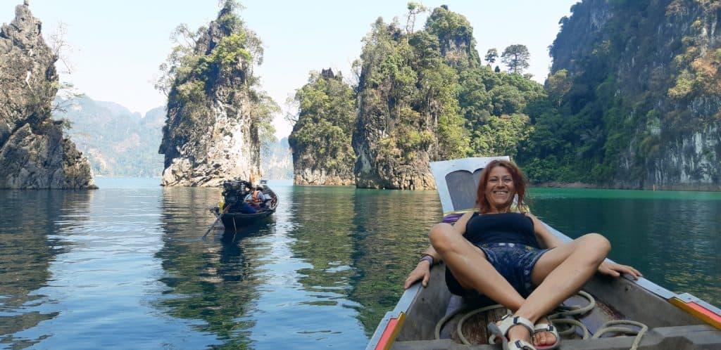 """alt="""" Tra i colori del Khao Sok National Park, gioiello verde smeraldo e paradiso tropicale incastonato nella foresta incontaminata del sud della Thilandia."""""""