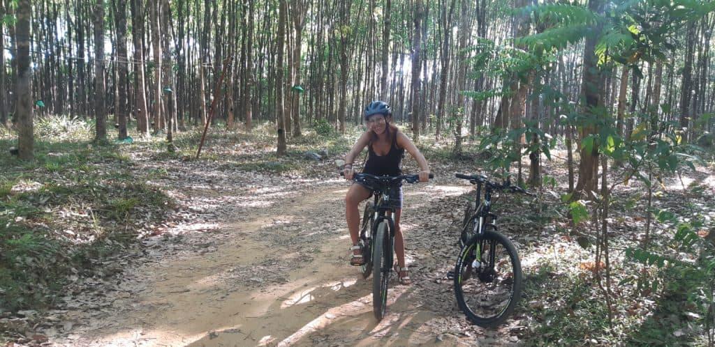 """alt=""""Tra i colori del Khao Sok National Park, gioiello verde smeraldo e paradiso tropicale incastonato nella foresta incontaminata del sud della Thilandia."""""""